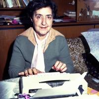 28/05/1990 Milano La poetessa Alda Merini nella sua casa sui Navigli.