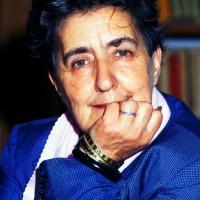 Giugno 1990 Milano La poetessa Alda Merini in posa nella Libreria antiquaria Pontremoli che frequentava spesso.