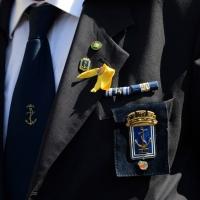 Foto Nicoloro G.   10/05/2015  Ravenna    Diciannovesimo raduno nazionale dei Marinai d' Italia. nella foto sul petto di molti marinai un nastrino giallo a ricordare i due marò trattenuti in India.