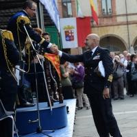 Foto Nicoloro G.   10/05/2015  Ravenna    Diciannovesimo raduno nazionale dei Marinai d' Italia. nella foto il Capo di Stato Maggiore della Marina Giuseppe De Giorgi si complimenta con il direttore della Banda della Marina Militare maestro Gianluca Cantarini.