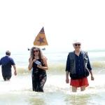 Foto Nicoloro G.   15/08/2019  Cervia ( Ra )   27° edizione di ' Cervia, la spiaggia ama il libro ' con il tradizionale sbarco degli scrittori dalle imbarcazioni storiche. nella foto la fumettista e scrittrice Paola Barbato e l' attore Ivano Marescotti appena sbarcati.