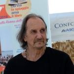 Foto Nicoloro G.   15/08/2019  Cervia ( Ra )   27° edizione di ' Cervia, la spiaggia ama il libro ' con il tradizionale sbarco degli scrittori dalle imbarcazioni storiche. nella foto il cantautore Andrea Mingardi.