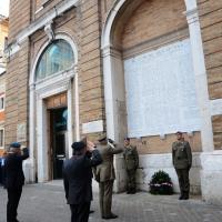 Foto Nicoloro G. 27/05/2012 Ravenna Si e' svolto nella città romagnola il 31° Raduno Nazionale dei Fanti d' Italia con la partecipazione del ministro della Difesa l' ammiraglio Gianpaolo Di Paola. nella foto Corona di alloro per i caduti