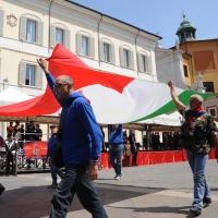 Foto Nicoloro G. 27/05/2012 Ravenna Si e' svolto nella città romagnola il 31° Raduno Nazionale dei Fanti d' Italia con la partecipazione del ministro della Difesa l' ammiraglio Gianpaolo Di Paola. nella foto Grande tricolore portato a braccia