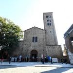 13/09/2020   Ravenna  Per il 699° anno dalla morte di Dante messa solenne nella basilica di San Francesco, dove si tennero i funerali di Dante, morto nella notte fra il 13 e il 14 settembre 1321. Di seguito la cerimonia dell' offerta, da parte del Comune di Firenze, dell' olio per alimentare la lampada votiva che arde all' interno della tomba di Dante. nella foto la basilica di San Francesco dove si tennero i funerali di Dante ne 1321.