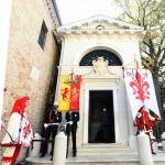 13/09/2020   Ravenna  Per il 699° anno dalla morte di Dante messa solenne nella basilica di San Francesco, dove si tennero i funerali di Dante, morto nella notte fra il 13 e il 14 settembre 1321. Di seguito la cerimonia dell' offerta, da parte del Comune di Firenze, dell' olio per alimentare la lampada votiva che arde all' interno della tomba di Dante. nella foto i gonfaloni di Ravenna e Firenze davanti alla tomba di Dante.