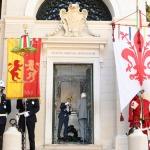 13/09/2020   Ravenna  Per il 699° anno dalla morte di Dante messa solenne nella basilica di San Francesco, dove si tennero i funerali di Dante, morto nella notte fra il 13 e il 14 settembre 1321. Di seguito la cerimonia dell' offerta, da parte del Comune di Firenze, dell' olio per alimentare la lampada votiva che arde all' interno della tomba di Dante. nella foto il commesso del Comune di Ravenna versa l' olio benedetto nella lampada.