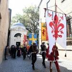 13/09/2020   Ravenna  Per il 699° anno dalla morte di Dante messa solenne nella basilica di San Francesco, dove si tennero i funerali di Dante, morto nella notte fra il 13 e il 14 settembre 1321. Di seguito la cerimonia dell' offerta, da parte del Comune di Firenze, dell' olio per alimentare la lampada votiva che arde all' interno della tomba di Dante. nella foto il corteo lascia la tomba di Dante dopo la cerimonia dell' olio.
