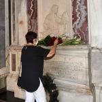 13/09/2020   Ravenna  Per il 699° anno dalla morte di Dante messa solenne nella basilica di San Francesco, dove si tennero i funerali di Dante, morto nella notte fra il 13 e il 14 settembre 1321. Di seguito la cerimonia dell' offerta, da parte del Comune di Firenze, dell' olio per alimentare la lampada votiva che arde all' interno della tomba di Dante. nella foto anche l' assessore Elsa Signorino depone un giglio sulla tomba di Dante.