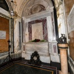 13/09/2020   Ravenna  Per il 699° anno dalla morte di Dante messa solenne nella basilica di San Francesco, dove si tennero i funerali di Dante, morto nella notte fra il 13 e il 14 settembre 1321. Di seguito la cerimonia dell' offerta, da parte del Comune di Firenze, dell' olio per alimentare la lampada votiva che arde all' interno della tomba di Dante. nella foto l' interno della tomba di Dante.