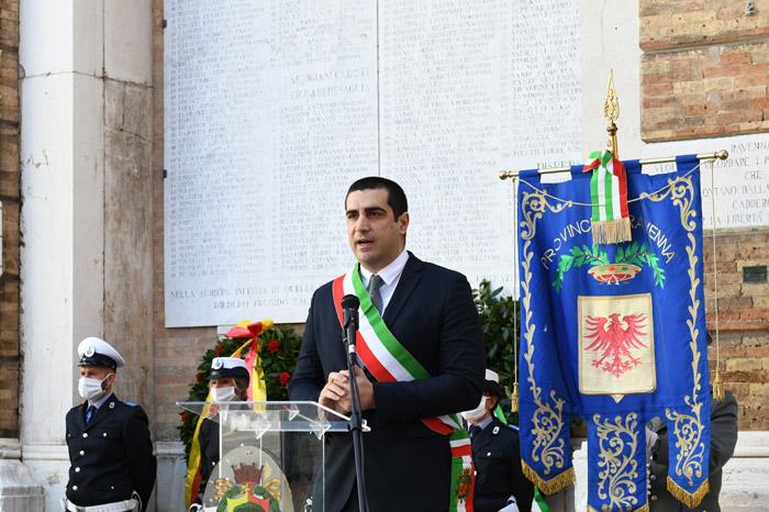 Foto Nicoloro G.   25/04/2020   Ravenna   In una piazza del Popolo praticamente deserta si e' svolta la cerimonia di commemorazione del 75° anniversario del 25 Aprile. nella foto il sindaco di Ravenna Michele de Pascale.