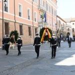 Foto Nicoloro G.   25/04/2020   Ravenna   In una piazza del Popolo praticamente deserta si e' svolta la cerimonia di commemorazione del 75° anniversario del 25 Aprile. nella foto la deposizione delle corone della Provincia e del Comune di Ravenna.