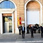 Foto Nicoloro G.   25/04/2020   Ravenna   In una piazza del Popolo praticamente deserta si e' svolta la cerimonia di commemorazione del 75° anniversario del 25 Aprile. nella foto da sinistra il trombettiere che accompagna la cerimonia, il presidente dell' ANPI provinciale Ivano Artioli, il prefetto Enrico Caterino e il sindaco Michele de Pascale.