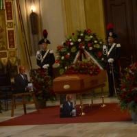 Foto Nicoloro G. 10/11/2016 Milano Allestita nella sala del Comune e aperta al pubblico la camera ardente per l' oncologo Umberto Veronesi. nella foto il feretro esposto in una sala del Comune.