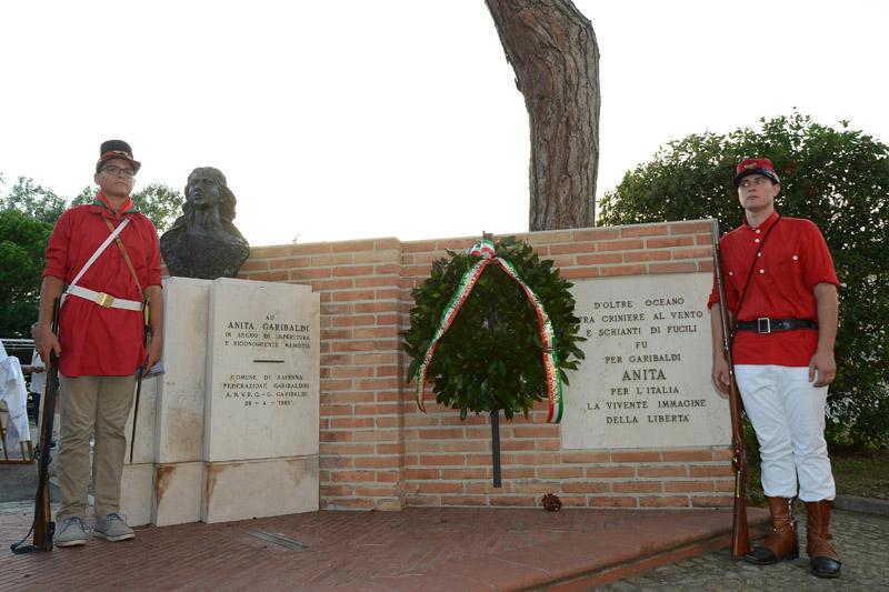 Foto Nicoloro G. 04/08/2017 Mandriole ( Ravenna ) Commemorazione della morte di Anita Garibaldi avvenuta il 04/08/1849 nella Fattoria Guiccioli in localita' Mandriole. nella foto garibaldini in costume davanti al monumento ad Anita Garibaldi.