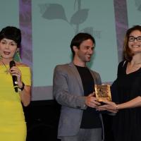 Foto Nicoloro G.   27/06/2017   Milano      18° edizione de ' La Milanesiana ' che quest' anno ha per tema ' Paura e Coraggio '. nella foto Enrico Rotelli consegna alla scrittrice Dana Spiotta il ' Premio Fernanda Pivano '.