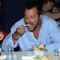 Foto Nicoloro G. 29/07/2017 Cervia ( Ravenna ) Comizio del segretario federale della Lega Nord alla Festa Nazionale Lega Nord Romagna. nella foto Matteo Salvini assaggia un cappelletto.