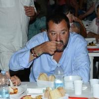 Foto Nicoloro G. 29/07/2017 Cervia ( Ravenna ) Comizio del segretario federale della Lega Nord alla Festa Nazionale Lega Nord Romagna. nella foto Matteo Salvini alle prese con un piatto di vongole.
