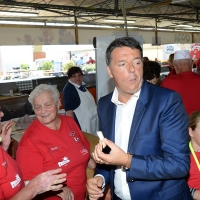 Foto Nicoloro G. 03/09/2017 Ravenna Il segretario del PD interviene alla Festa dell' Unita' e pranza con alcune centinaia di persone. nella foto Matteo Renzi alle prese con una piadina tra i volontari.