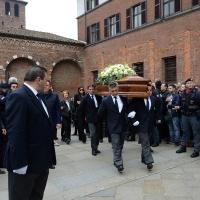 Foto Nicoloro G. 05/04/2016 Milano Si sono svolti nella Basilica di Sant' Ambrogio i funerali del campione di calcio Cesare Maldini. nella foto l' uscita del feretro seguito dai familiari più stretti.