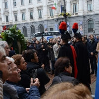 Foto Nicoloro G. 11/11/2016 Milano Nella sala Alessi di palazzo Marino si e' svolto in forma laica il funerale dell' oncologo Umberto Veronesi. nella foto il feretro lascia palazzo Marino tra una folla straripante.