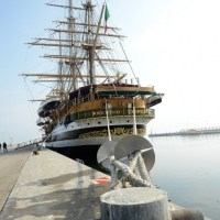 Foto Nicoloro G. 15/10/2018 Ravenna E' ormeggiata nel porto di Ravenna la Nave Scuola ' A. Vespucci ' che ha da poco concluso la Campagna d' istruzione 2018 che l' ha portata, per la prima volta in 87 anni di vita, all' attraversamento del Circolo Polare Artico. nella foto la nave scuola A. Vespucci varata il 22 Febbraio 1931 a Castellammare di Stabia. Ha una stazza di 4000 tonnellate, lunga 101 metri, larga 15,5 metri, con un albero maestro di 54 metri, 24 vele e 36 chilometri complessivi di cime.