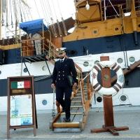 Foto Nicoloro G. 15/10/2018 Ravenna E' ormeggiata nel porto di Ravenna la Nave Scuola ' A. Vespucci ' che ha da poco concluso la Campagna d' istruzione 2018 che l' ha portata, per la prima volta in 87 anni di vita, all' attraversamento del Circolo Polare Artico. nella foto la rampa d' accesso alla nave.