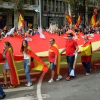 Foto Nicoloro G.   12/10/2017    Barcellona     Manifestazione con corteo degli unionisti per l' unita' della Spagna contro il progetto dell' indipendenza della Catalogna. nella foto un enorme bandiera sfila lungo il corteo.