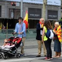 Foto Nicoloro G.   12/10/2017    Barcellona     Manifestazione con corteo degli unionisti per l' unita' della Spagna contro il progetto dell' indipendenza della Catalogna. nella foto tre generazioni partecipano al corteo.
