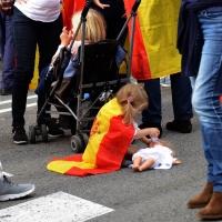 Foto Nicoloro G.   12/10/2017    Barcellona     Manifestazione con corteo degli unionisti per l' unita' della Spagna contro il progetto dell' indipendenza della Catalogna. nella foto una bimba gioca con la sua bambola.