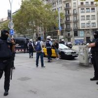 Foto Nicoloro G.   12/10/2017    Barcellona     Manifestazione con corteo degli unionisti per l' unita' della Spagna contro il progetto dell' indipendenza della Catalogna. nella foto ai margini della manifestazione un improvviso controllo antiterrorismo dei Mossos d' Esquadra su quattro giovani sospettati.
