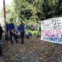 Foto Nicoloro G. 29/10/2016 Marina Romea ( Ravenna ) Manifestazione della Lega Nord per protestare contro l' accoglienza di 26 profughi in una struttura alberghiera in questa localita' alle porte di Ravenna. nella foto un gruppo che contesta la manifestazione della Lega Nord espone un cartello di benvenuto ai profughi.