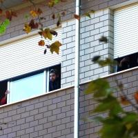 Foto Nicoloro G. 29/10/2016 Marina Romea ( Ravenna ) Manifestazione della Lega Nord per protestare contro l' accoglienza di 26 profughi in una struttura alberghiera in questa localita' alle porte di Ravenna. nella foto alcuni dei profughiu ospitati nell' hotel Solaria seguono la manifestazione da dietro le finestre della loro camera.