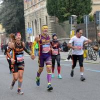 Foto Nicoloro G. 12/11/2017 Ravenna Si e' svolta con un successo di iscrizioni, circa 10.000 partecipanti, la XIX Maratona Internazionale di Ravenna. nella foto una coppia si appresta a tagliare il traguardo tenendosi per mano.