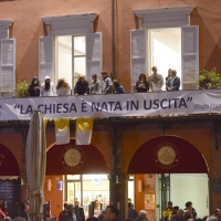 Foto Nicoloro G. 01/10/2017 Cesena ( Forli'-Cesena ) Visita di papa Francesco a Cesena. nella foto e' ancora buio e gia' la gente si accalca nella piazza e sui balconi che si affacciano sulla piazza stessa.