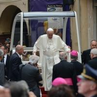 Foto Nicoloro G. 01/10/2017 Cesena ( Forli'-Cesena ) Visita di papa Francesco a Cesena. nella foto Papa Francesco scende dalla papamobile per salire sul palco allestito in piazza.
