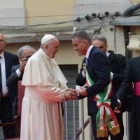 Foto Nicoloro G. 01/10/2017 Cesena ( Forli'-Cesena ) Visita di papa Francesco a Cesena. nella foto Papa Francesco incontra il sindaco di Cesena Paolo Lucchi che gli fa dono di una targa ricordo.