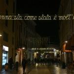 Foto Nicoloro G.   29/11/2020   Ravenna    Accese nelle vie della citta' le luminarie che quest' anno, in ricorrenza delle celebrazioni per i 700 anni dalla morte di Dante Alighieri, comprendono anche installazioni denominate ' la luce delle parole ' e che sono endecasillabi tratti dalla Divina Commedia. nella foto uno degli endecasillabi tratto dalla Divina Commedia.