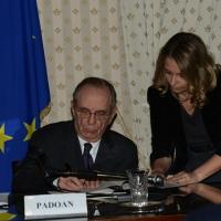 Foto Nicoloro G.   23/02/2015   Milano    Firmato l' accordo sullo scambio d' informazioni tra i ministri di Economia e Finanze di Italia e Svizzera. nella foto il ministro Pier Carlo Padoan mentre firma.