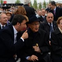 Foto Nicoloro G.   01/05/2015  Milano   Al via l' Expo Milano 2015, l' Esposizione Internazionale che l'Italia ospiterà dal primo Maggio al 31 Ottobre 2015. nella foto il premier Matteo Renzi discute con il presidente emerito Giorgio Napolitano.