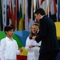 Foto Nicoloro G.   01/05/2015  Milano   Al via l' Expo Milano 2015, l' Esposizione Internazionale che l'Italia ospiterà dal primo Maggio al 31 Ottobre 2015. nella foto il premier parla con i due bambini che gli hanno portato il tablet sul quale ha firmato l' apertura ufficiale di Expo 2015.