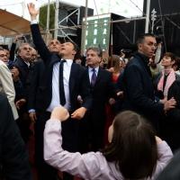 Foto Nicoloro G.   01/05/2015  Milano   Al via l' Expo Milano 2015, l' Esposizione Internazionale che l'Italia ospiterà dal primo Maggio al 31 Ottobre 2015. nella foto il premier Matteo Renzi con la figlia gioca a toccare delle bolle di sapone.