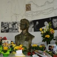 """Foto Nicoloro G.  14/02/2014   Cesenatico (FC)   Cerimonia di """"svelatura"""" della statua in bronzo di Marco Pantani a dieci anni dalla morte del campione di ciclismo. nella foto l' interno della tomba di Marco Pantani."""