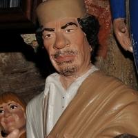 Foto Nicoloro G. 24/12/2011 Napoli E' tradizione che gli artigiani presepiali della storica Via San Gregorio Armeno creino non solo pastori e presepi ma volgano anche l' attenzione ai personaggi della cronaca per poi farne statuine. nella foto la statuina di Moammar Gheddafi