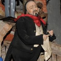 Foto Nicoloro G. 24/12/2011 Napoli E' tradizione che gli artigiani presepiali della storica Via San Gregorio Armeno creino non solo pastori e presepi ma volgano anche l' attenzione ai personaggi della cronaca per poi farne statuine. nella foto la statuina di Luciano Pavarotti