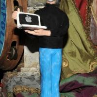 Foto Nicoloro G. 24/12/2011 Napoli E' tradizione che gli artigiani presepiali della storica Via San Gregorio Armeno creino non solo pastori e presepi ma volgano anche l' attenzione ai personaggi della cronaca per poi farne statuine. nella foto la statuina di Steve Jobs