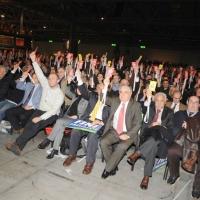 """Foto Nicoloro G. 11/02/2011 Rho Fiera Milano Assemblea Costituente di """" Futuro e Liberta' """" che ha visto la partecipazione di delegati da tutt' Italia. nella foto Un momento di votazione ad alzata di mano"""