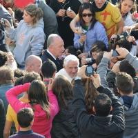"""Foto Nicoloro G. 27/10/2011 Assisi (PG) Visita di Sua Santita' Benedetto XVI ad Assisi, """" Pellegrini della Verita', pellegrini della Pace """", per una giornata di riflessione, dialogo e preghiera per la Pace e la Giustizia nel mondo. nella foto Benedetto XVI in mezzo alla folla"""