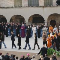 """Foto Nicoloro G. 27/10/2011 Assisi (PG) Visita di Sua Santita' Benedetto XVI ad Assisi, """" Pellegrini della Verita', pellegrini della Pace """", per una giornata di riflessione, dialogo e preghiera per la Pace e la Giustizia nel mondo. nella foto Benedetto XVI e i Capi delle molte delegazioni religiose"""