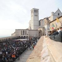 """Foto Nicoloro G. 27/10/2011 Assisi (PG) Visita di Sua Santita' Benedetto XVI ad Assisi, """" Pellegrini della Verita', pellegrini della Pace """", per una giornata di riflessione, dialogo e preghiera per la Pace e la Giustizia nel mondo. nella foto Folla davanti alla Basilica di San Francesco"""